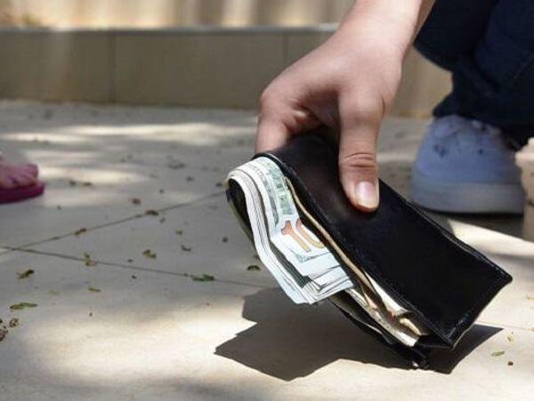 Mơ thấy nhặt được tiền điềm tốt hay xấu? Đánh tất tay số mấy?